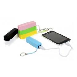 Telefoon, tablet of smartphone voorzien van noodstroom. Opladen met deze externe accu batterij op vakantie, onderweg of op reis