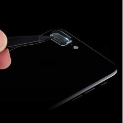 Camera bescherming voor de iPhone 7 PLUS aan te brengen met een pincet